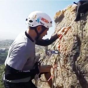 autorrescate vertical haciendo rappel en escalada